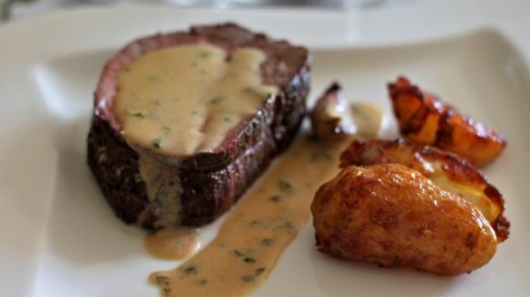 na žaru pečen goveji pljučni file, smetanova omaka (heavily reduced :-)), na račji masti pečen mladi krompir