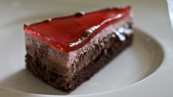 od spodaj navzgor: čokoladni biskvit, čokoladni mousse s češnjami, lešnikov ganache, smetanov jagodni mousse, žele iz jagodnega soka