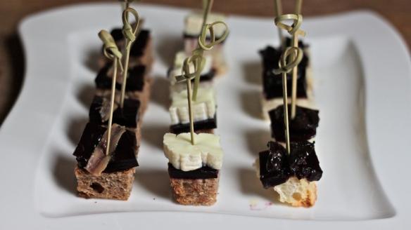 kruh & vino: črni rastko in naluknjani belec z želejem iz refoška in slanim sardonom/črno olivo/ovčjim plesnivcem