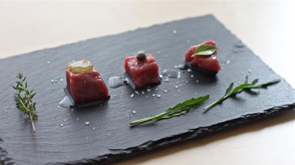 meso & poudarki: kocke uležanega pljučnega fileja mlade govedi s sezamovim oljem in jagodo izabele/slano kapro/tajsko baziliko