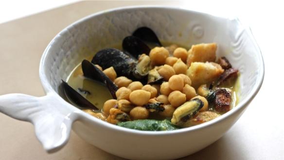 dagnje in čičerika: orientalsko začinjena, rahlo pekoča juha iz čičerike in dagenj s blitvo in krutoni