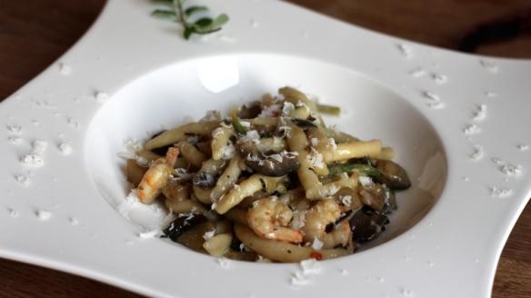 njoki & špageti: iz krompirjevega testa narolani špageti z melancani, bučkami, kozicami in čilijem