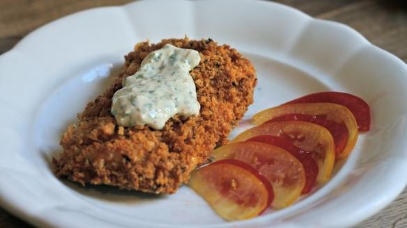 riba & skorja: v pečici pečen file brancina s skorjo iz domačih naparfumanih grobih drobtin, postrežen s tatarsko omako ter rumenim in rdečim paradajzom