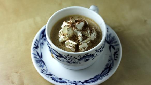 kava & melona: krema iz kave, vanilje in pastisa s koščki melone, prekrita  s smetano in posuta z grenkim kakavom